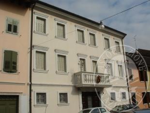 Villa di pregio composta da due appartamenti con scoperto di pertinenza.