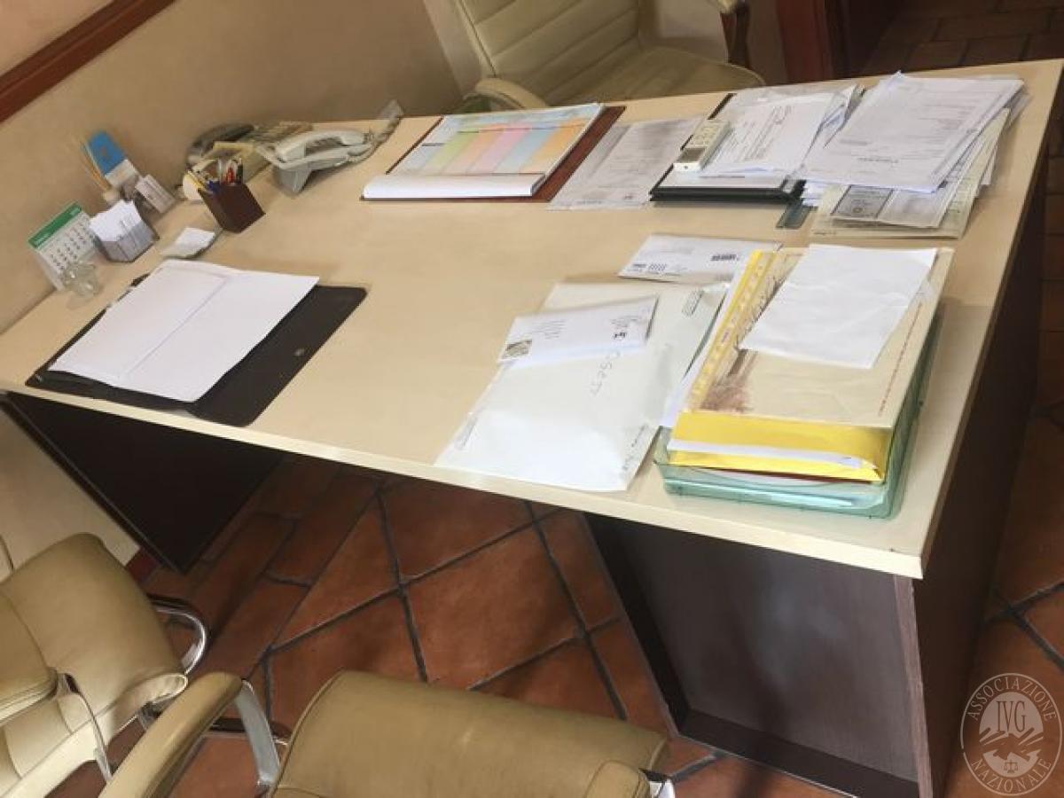Scrivania In Legno Chiaro : N scrivania in legno chiaro e base in legno scuro n