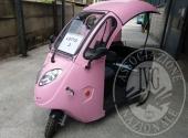 Triciclo elettrico con cabina aperta
