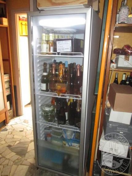 Vetrina frigo marca Iarp, modello Rugiada; macchina del ghiaccio marca Brema; lavastoviglie Scute; bancone bar disposto ad angolo rivestito in legno chiaro, con piano di lavoro in acciaio, completo di 6 celle frigo, 2 cassetti frigo, lavabo, 12 vani porta